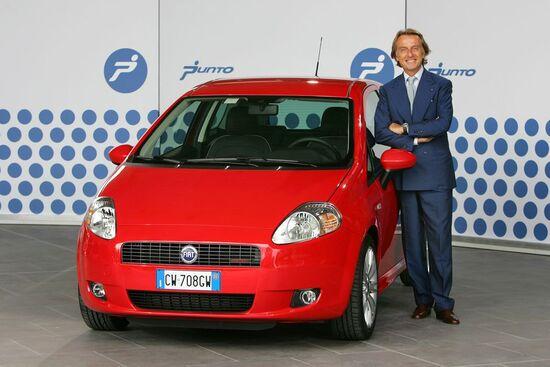2005. Luca Cordero di Montezemolo, allora presidente di Fiat, posa accanto alla Grande Punto
