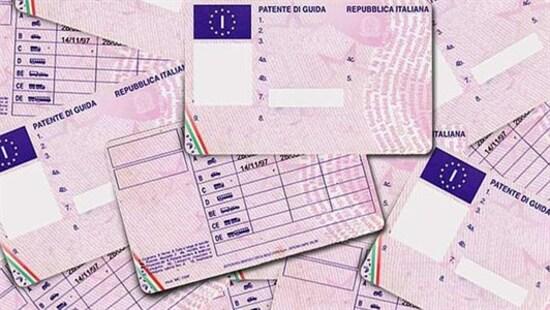 Dal 19 gennaio 2013 tutte le patenti di guida (anche la patente A per moto) rilasciate nei paesi dell'UE hanno lo stesso aspetto. Le patenti sono stampate su una tessera di plastica della dimensione di una carta di credito