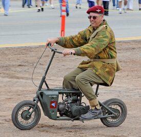 Un Welbike con le stesse insegne Pegasus del reggimento paracadutisti