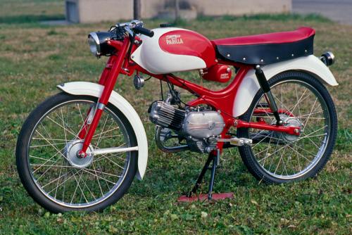 Il Parillino era un ciclomotore che negli anni Cinquanta veniva costruito in modelli Turismo e Sport; in entrambi i casi si poteva scegliere tra le versioni con motore a due o a quattro tempi