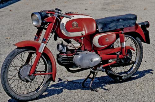 In questa foto di un esemplare conservato di Motobi Ardizio degli anni Cinquanta è possibile osservare chiaramente l'architettura a uovo del motore a due tempi di 125 cm3, con cilindro in ghisa, e il telaio monotrave in lamiera stampata