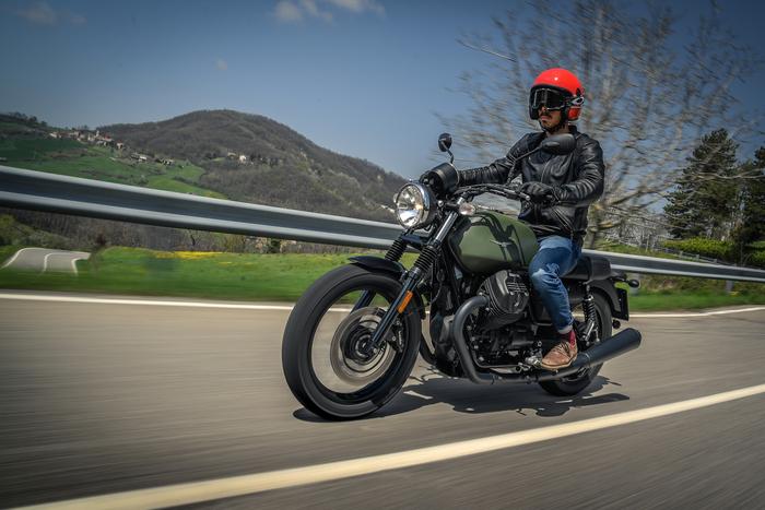 Moto Guzzi V7 Stone III. Abbigliamento usato da Marco Aurelio Fontana: casco, giacca, pantaloni e guanti Tucano Urbano