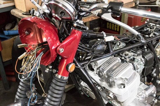 La Honda CB 750 Four durante il restauro