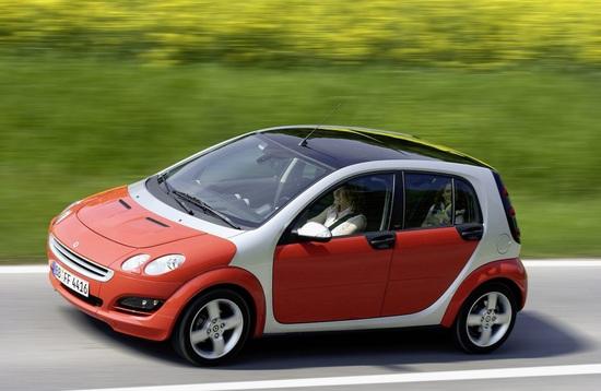 La prima smart forfour rimane in produzione per appena tre anni. Viene realizzata in Olanda su base Mitsubishi Colt