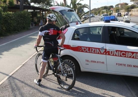 Forte dei Marmi: passano col rosso, ciclisti multati
