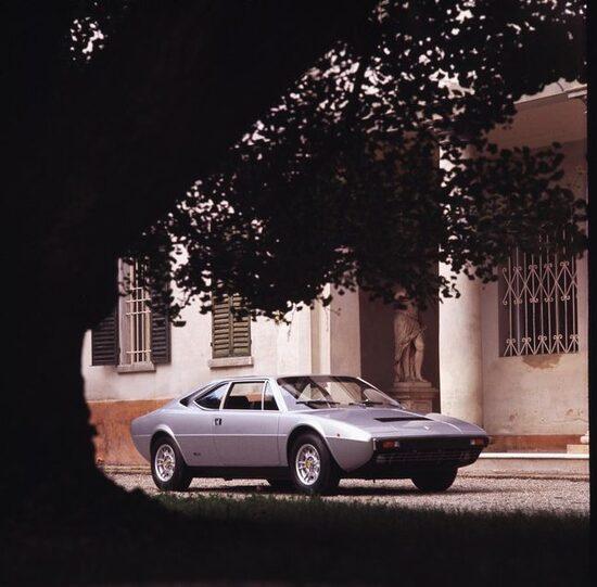 La Dino 308 GT4, prima stradale costruita da Ferrari con V8 posteriore-centrale. A partire dal 1976 fu venduta col marchio Ferrari