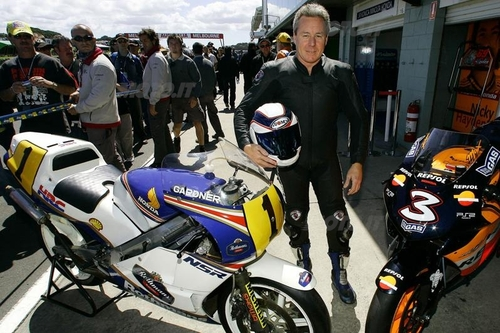 Wayne tra la sua NSR 500 e la Honda RC211V di Max Biaggi