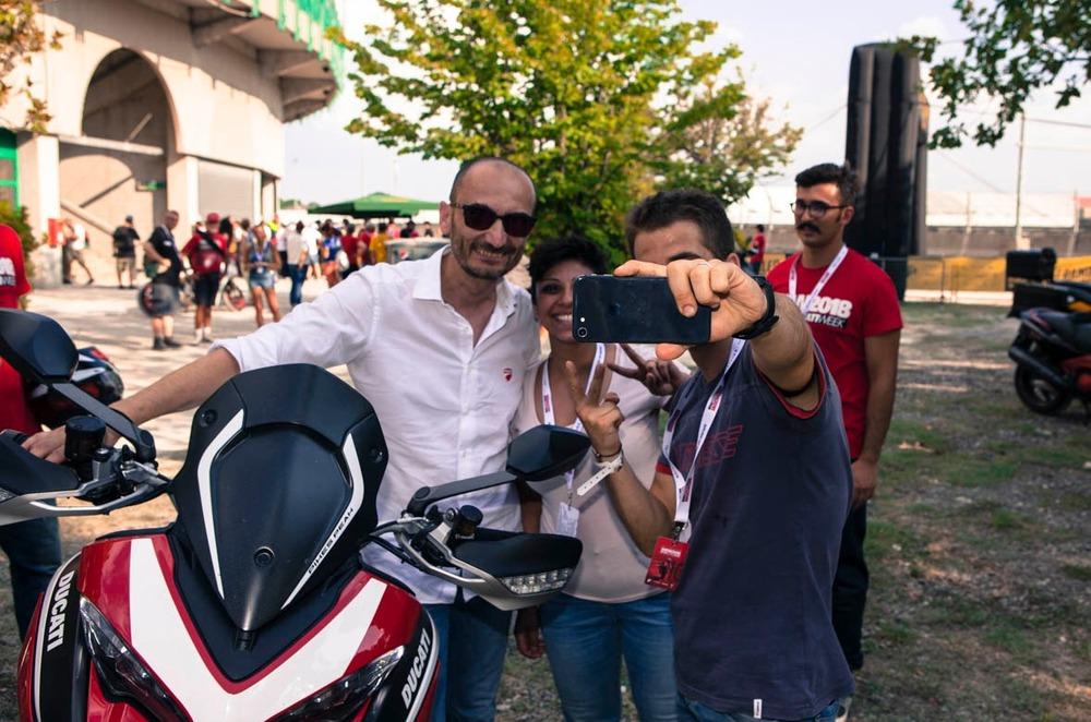 Claudio Domenicali orgoglioso protagonista di un selfie con un tifoso sulla Ducati Multistrada Pikes Peak