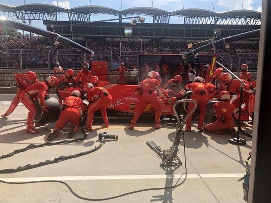 Il pit di Raikkoen visto dai box Ferrari