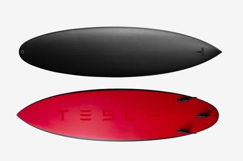 Tesla, dopo lo spazio, Elon Musk pensa al mare con una tavola da surf