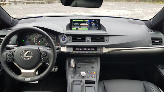 Gli interni della Lexus CT200h F-Sport