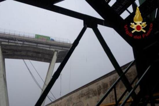 Genova, crolla ponte Morandi: auto e persone sotto le macerie