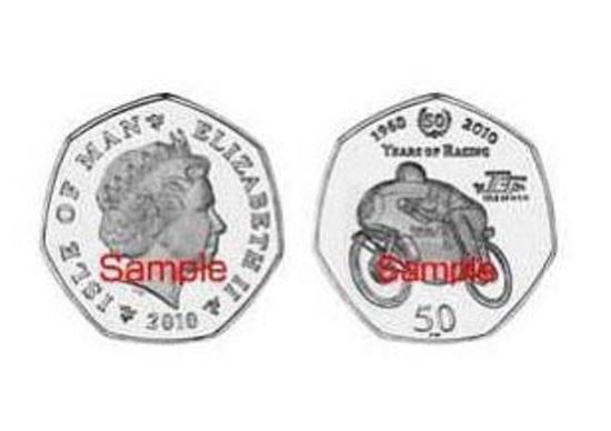 Una moneta commemorativa per il 50 anniversario della Suzuki al Tourist Trophy