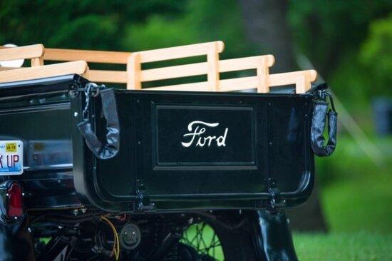 Il dettaglio con la scritta Ford