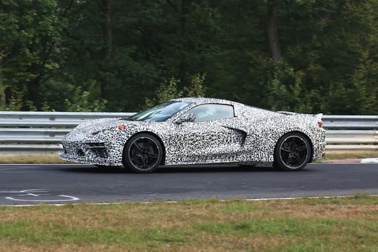 La Corvette C8 ancora camuffata