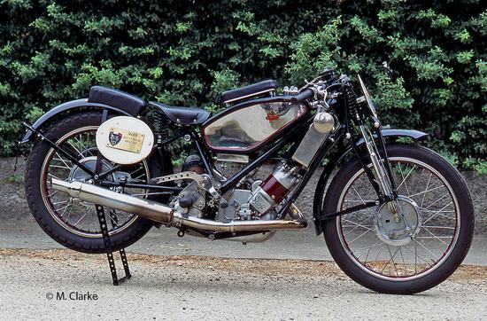 """La Scott ha iniziato la sua attività nel 1908 e le sue moto hanno avuto una buona diffusione nel periodo tra le due guerre mondiali. L'azienda costruiva interessanti bicilindriche a due tempi che dal 1912 sono state dotate di raffreddamento ad acqua (prima era """"misto"""")"""