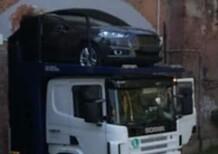 Bisarca incastrata sotto ponte: auto da consegnare danneggiate