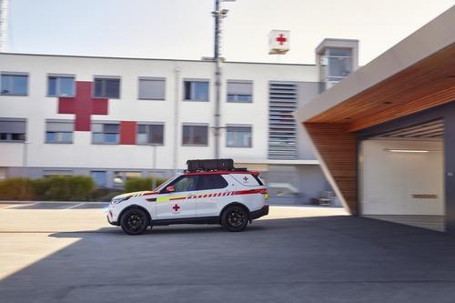 Land Rover al Salone di Parigi 2018 con una Discovery per la Croce Rossa (8)