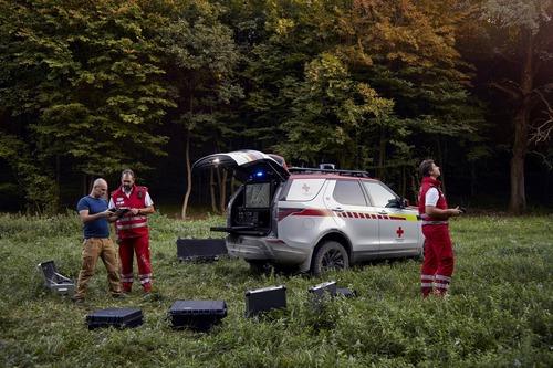 Land Rover al Salone di Parigi 2018 con una Discovery per la Croce Rossa (6)