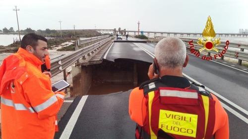 SS195 allagata e interrotta: crolla un ponte a Cagliari (2)