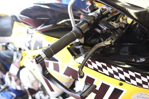 La pompa del freno anteriore resta quella di serie, ma con leva e protezione Bonamici Racing