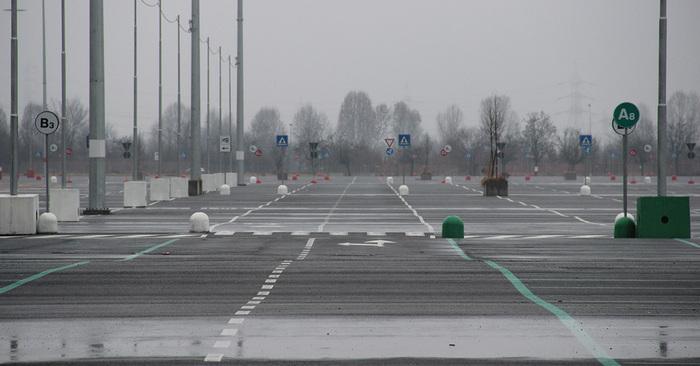Il parcheggio di Arese è sconfinato. Oggi però giace inutilizzato