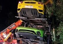Bisarca delle supercar esce di strada: Ferrari, Lamborghini e Aston Martin tra gli alberi [Foto Gallery]