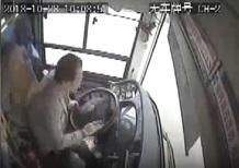 Cina: lite tra autista e passeggera, bus precipita nel fiume. 13 morti [Video]