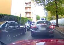 Saltano la coda, contromano, ma incontrano gruppo motociclisti dei vigili: retromarcia! [video]