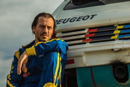 Stefano Accorsi pilota con la mitica 205 Turbo 16 degli anni Ottanta