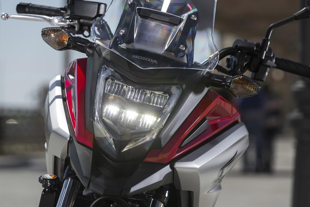 Il nuovo faro a LED anteriore, con la posizione a corona intorno al proiettore principale