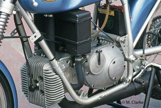 Nel motore a due tempi della Mondial 125 da GP degli anni Sessanta il raffreddamento era ad aria per la testa e ad acqua, con circolazione a termosifone, per il cilindro