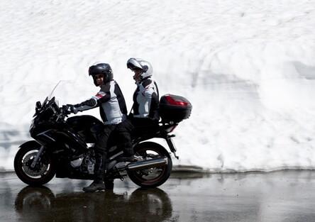 Con la neve è vietato usare la moto e lo scooter, anche con le gomme invernali