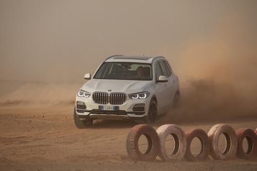 BMW X5 rifà il circuito di Monza sulle sabbie del Sahara