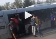 Roma, Autobus troppo pieno: entrano dai finestrini [video]