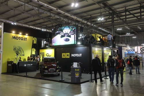 Lo stand di Moto.it a Eicma 2018: due piani, spazio dedicato alla Special South Garage Charleston, alle interviste in diretta (piano terra), e all'area Lounge (piano superiore) dove Trattoria Bertamè e San Miguel hanno fornito il catering con assaggi di qualità e birra analcolica