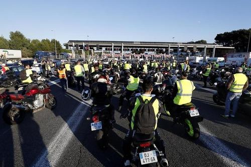 """Francia nel caos per il caro Diesel: chi sono i """"gilet gialli"""" (2)"""