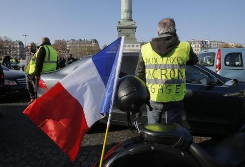 """Francia nel caos per il caro Diesel: chi sono i """"gilet gialli"""""""