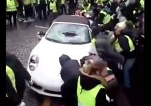 Gilet gialli distruggono Porsche 911 bianca: la Cabrio va KO [video]