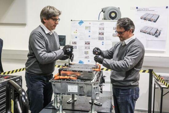 Il pacco batterie BMW (i o hybrid) si può smontare e riparare nei moduli interni, al contrario di quanto accade per altre vetture