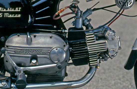 In questa foto del motore a cilindro orizzontale di una Aermacchi Ala Blu GT di 250 cm3 degli ultimi anni Sessanta si può notare chiaramente come le alette del cilindro siano disposte su due piani perpendicolari (uno orizzontale e l'altro verticale). Quelle della testa invece sono tutte parallele
