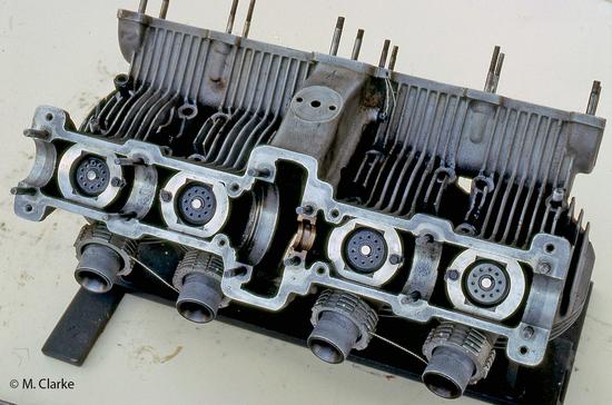Nelle teste dei motori a quattro tempi pluricilindrici di alte prestazioni non è semplice far raggiungere all'aria i punti più sollecitati termicamente. Qui si possono notare l'ampio angolo tra le valvole, vantaggioso ai fini del raffreddamento, e uno dei passaggi per l'aria al di sotto dell'alloggiamento di uno degli alberi a camme (la foto mostra la testa di una MV 500 quattro cilindri degli anni Cinquanta)