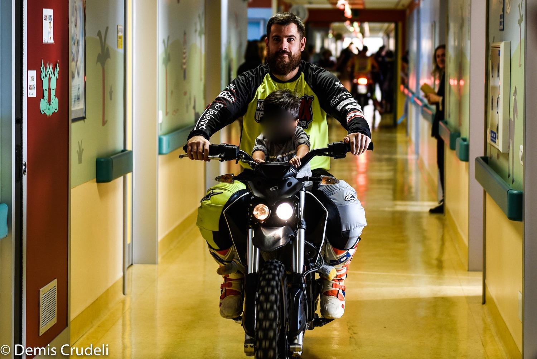 La moto fa bene. Motociclisti nel reparto Pediatria