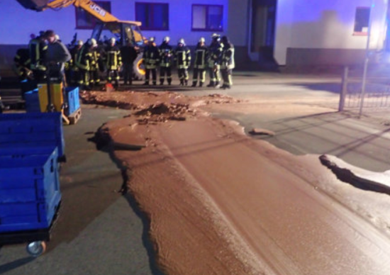 Guasto in fabbrica, fiume di cioccolata finisce in strada