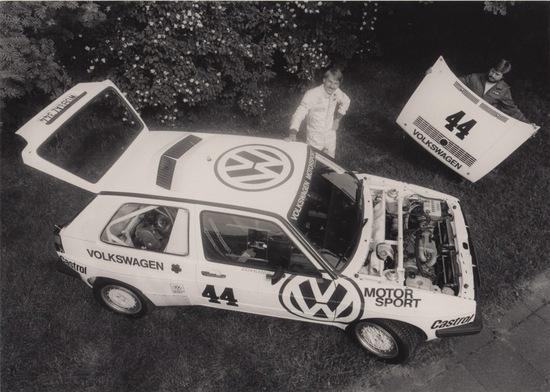 1985: Kleint posa con la prima versione della Golf bimotore per la Pikes Peak