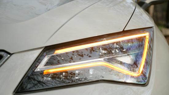 La firma luminosa a Led di Ateca sa anche trasformarsi in indicatore direzione