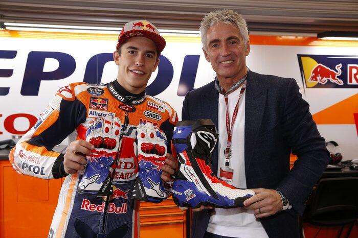 Doohan con Marquez al GP di Phillip Island, dove Marc ha indossato abbigliamento Alpinestars replica del cinque volte iridato in 500