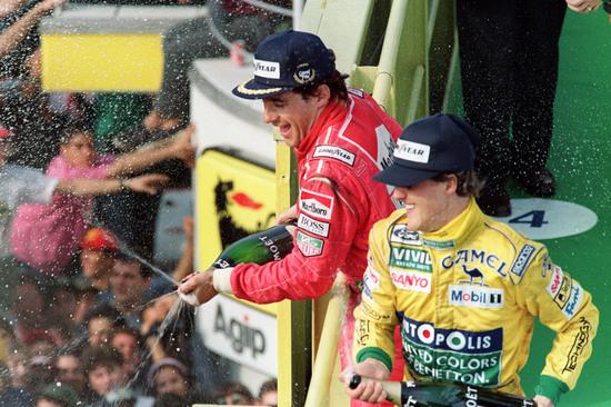 Un giovane Schumi condivide il podio con quello che in qualche modo gli ha passato il testimone: Ayrton Senna