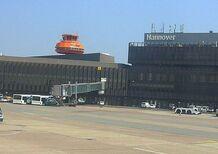 Giro in pista, ma è quella dell'aeroporto: arrestato automobilista polacco