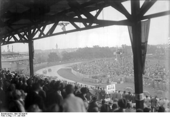 Le tribune AVUS durante un GP tedesco degli anni eroici per il motorismo sportivo